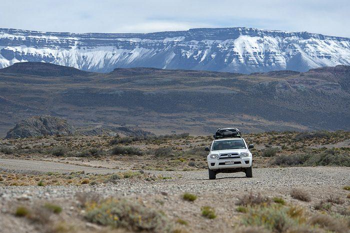 avto Toyota 4runner v Patagoniji na makadamski cesti