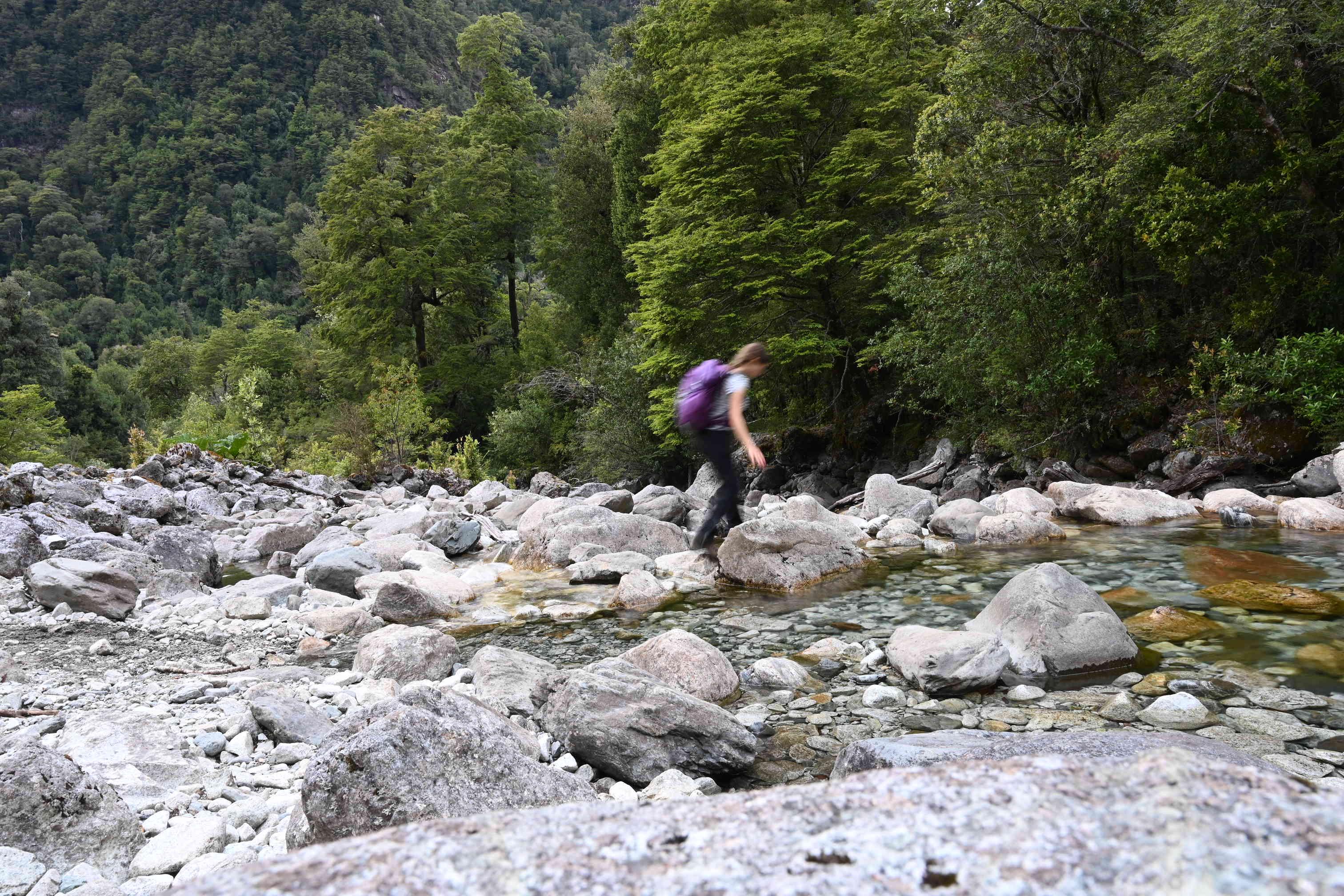 ženska pohodnica prečka reko
