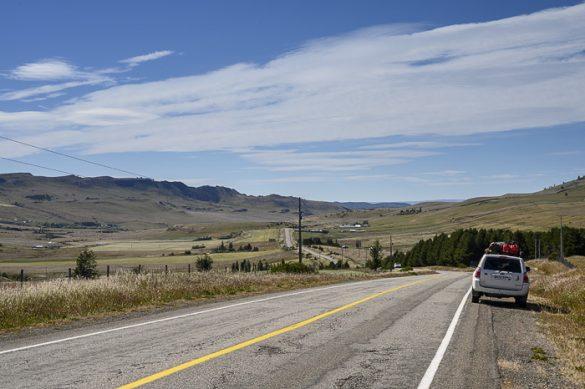 Toyota 4runner ob cesti, ki pelje proti goram