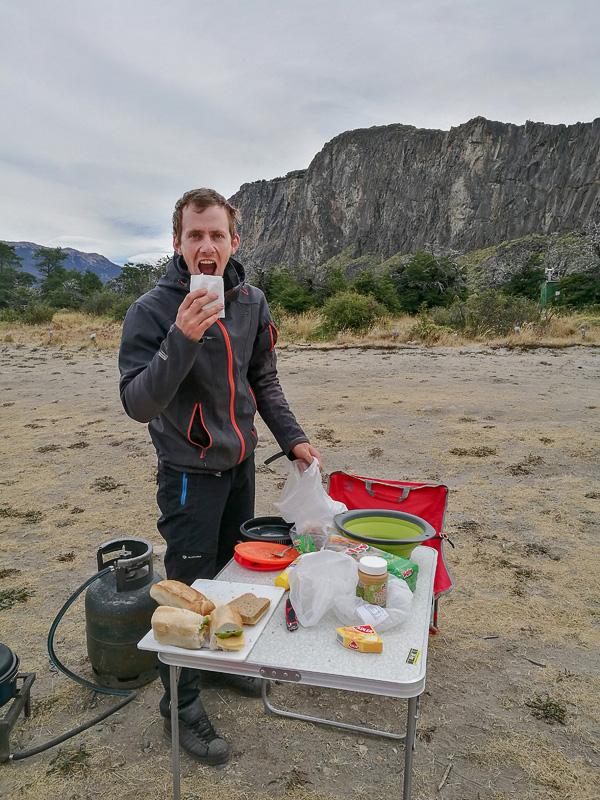 Moški pripravlja sendviče v El Chaltenu