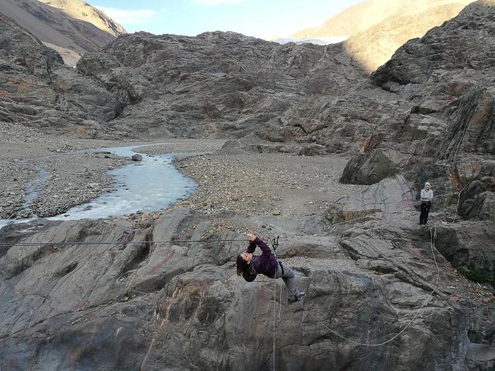 ženska visi na škripcu in prečka reko