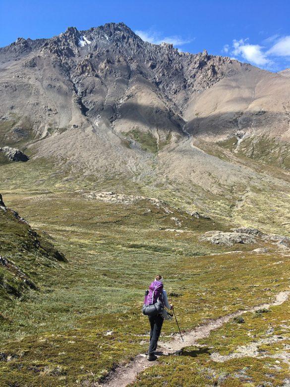 ženska hodi po potki proti Huemul hike