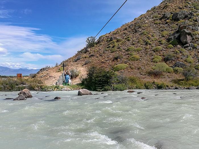 moški na škripcu prečka reko