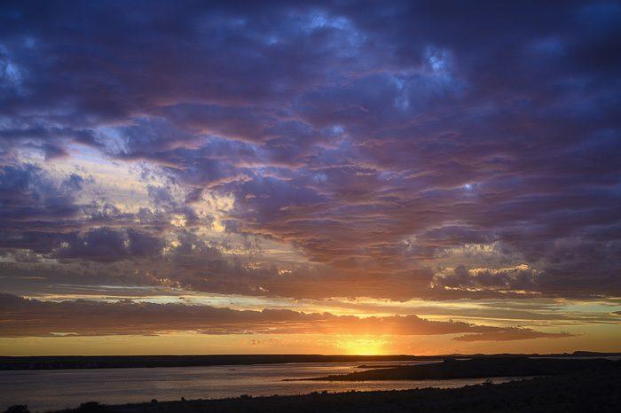 sončni zahod na reki Deseado, Argentina