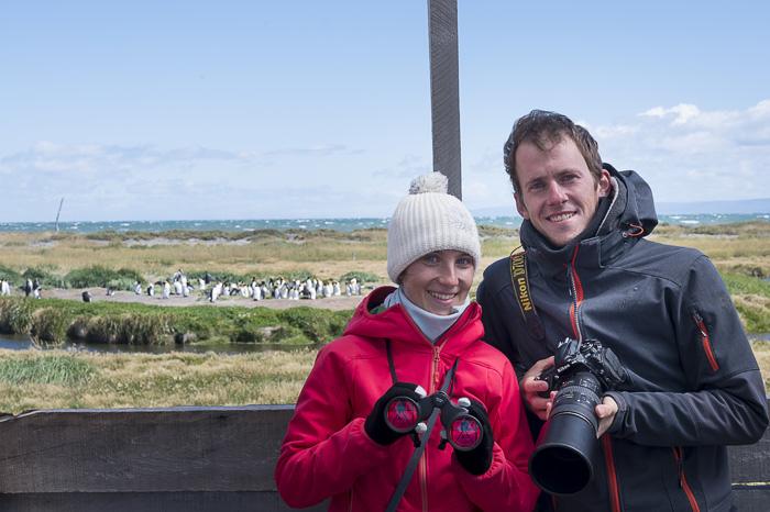 par z daljnogledom in tele objektivom za opazovanjem kraljevih pingvinov