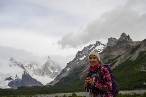 ženska pohodnica pred goro cerro torre v patagoniji