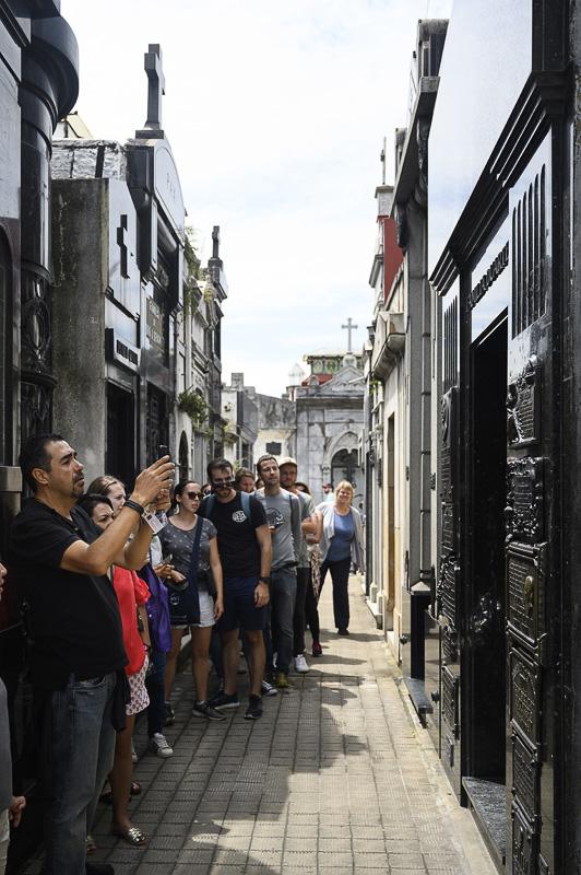 grob Evite Peron in skupina turistov, ki ga slika