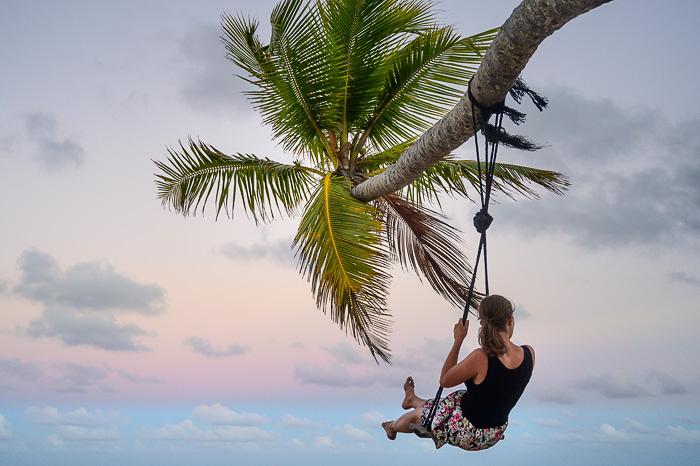ženska na gugalnici na tropski plaži