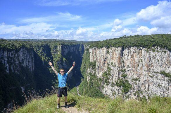 moški na robu kanjona Aparados do Serra