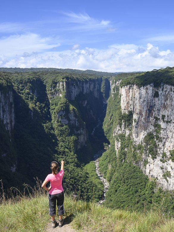 ženska kaže v kanjon aparados do serra