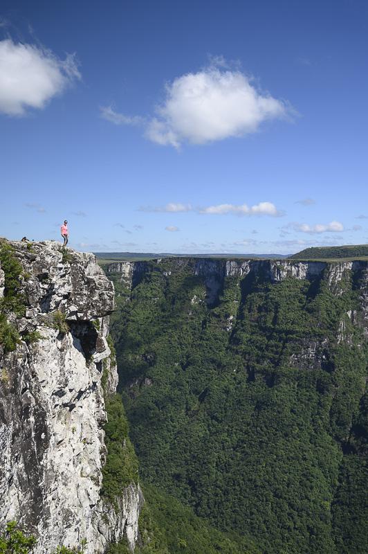 Kanjon Serra Geral in ženska, ki stoji na robu