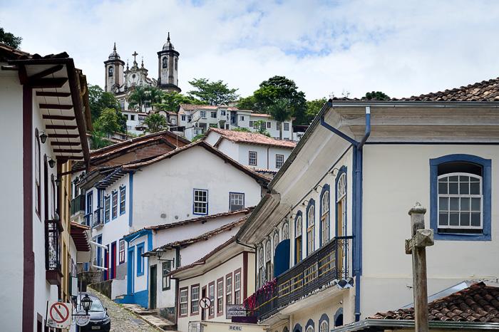 ozka in strma ulica v Ouro Preto