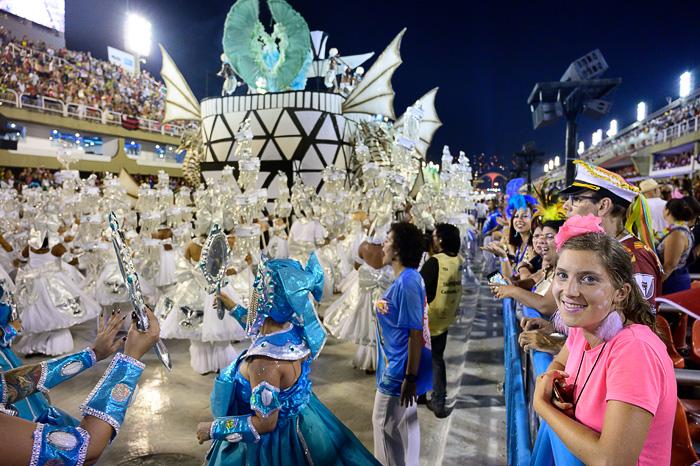 ženska gledalka na karnevalu rio de janeiro
