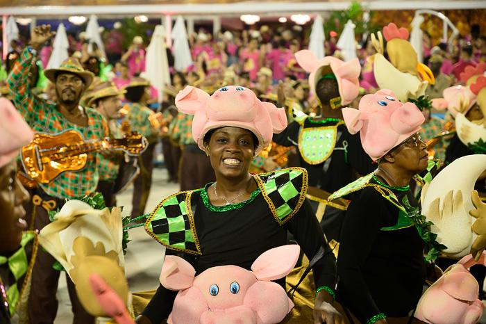 plesalka sambe v kostumu pujska na karnevalu v riu