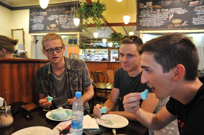 skupina mladih poskuša lokalno hrano