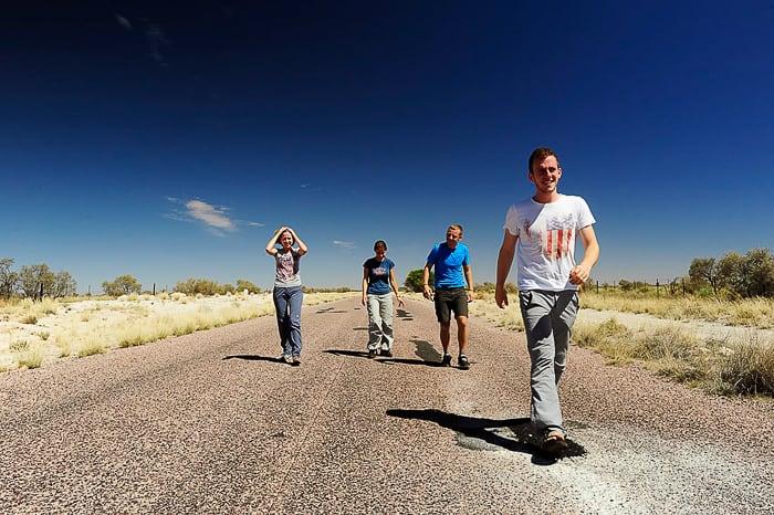 skupina ljudi na cesti pešači