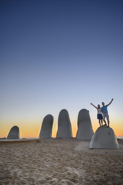 par na skulpturi prstov v Punta del Este