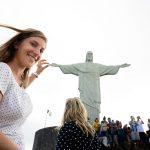 ženska pri kipu Cristo Redentor, Rio de Janeiro