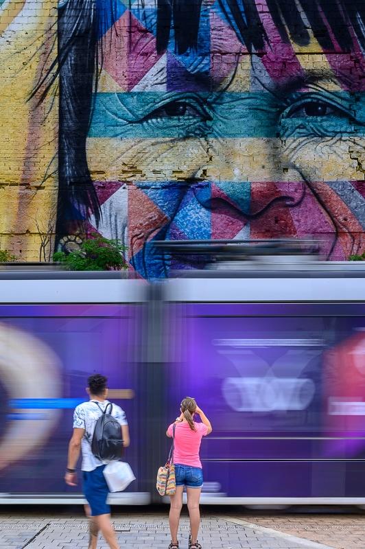ženska fotografira grafit Rio de Janeiro