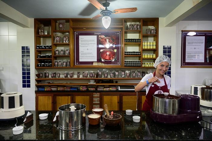 ženska v proizvodnji čokolade