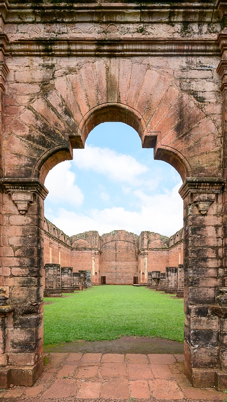 obok v ruševinah Jesus Tavarangue