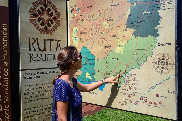 ženska kaže zemljevid jezuitskih misijonov v Južni Ameriki