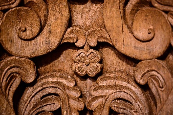 detajl rožice vklesan v kamen