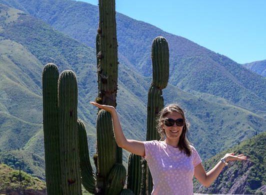 ženska pred kaktusom, park Los Cordones, Argentina