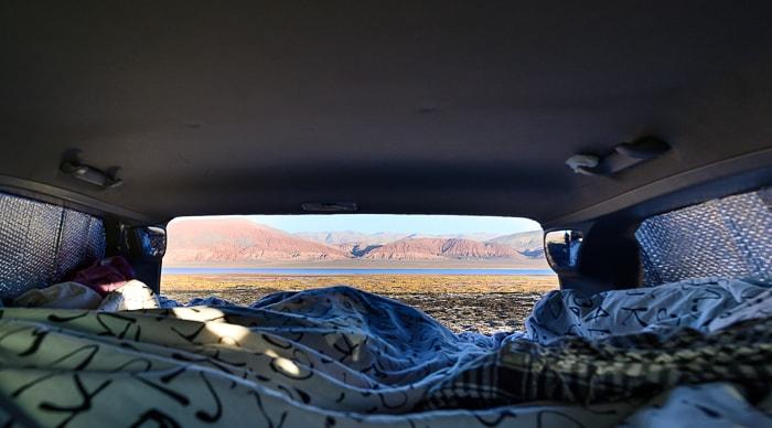 pogled iz avtomobilske postelje na gore