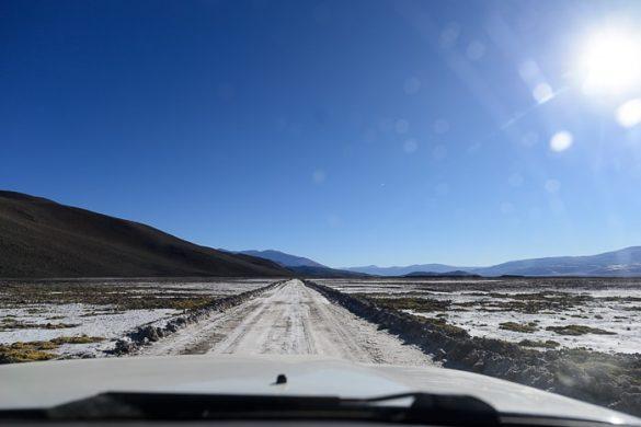 cesta preko posušenega slanega jezera Salar de Antofalla