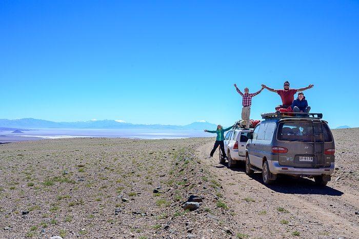 skupina popotnikov na makadamski cesti v andih