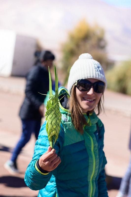 ženska z zelenjem v roki na svetno nedeljo v argentini