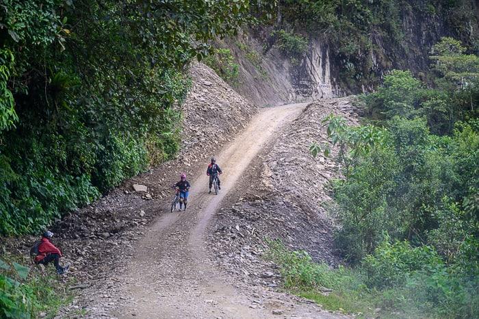 kolesarja na cesti smrti v Boliviji