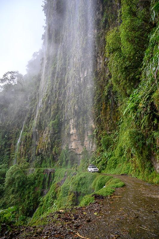 avto se pelje pod slapom na cesti smrti