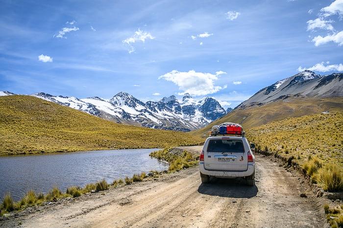 avto na cesti proti dolini pod Condoririjem. popotniški nasveti - bolivija