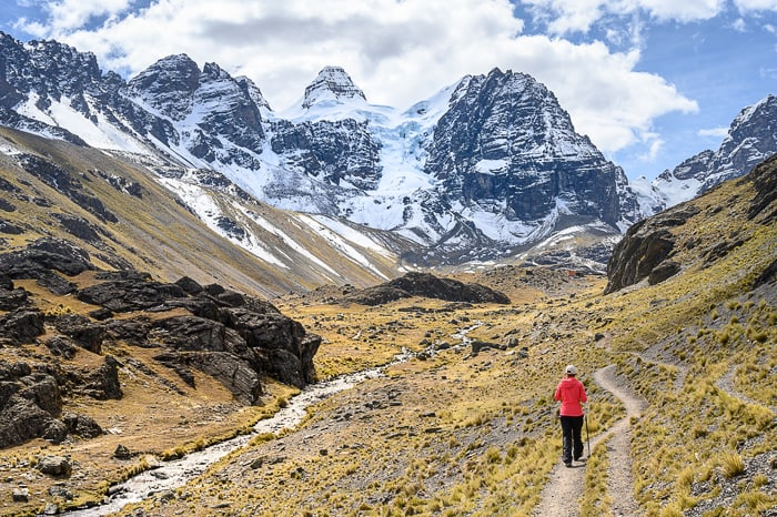 ženska hodi proti masivu Condoriri, Bolivija