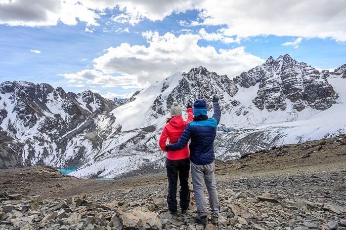 moški in ženska objeta gledata gore v Boliviji