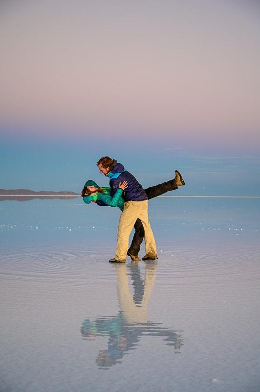 par pleše na vodi v salar de uyuni