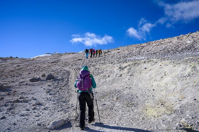 ženska pohodnica hodi na vulkan Uturunku
