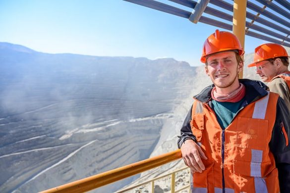 moški s čelado na ogledu rudnika