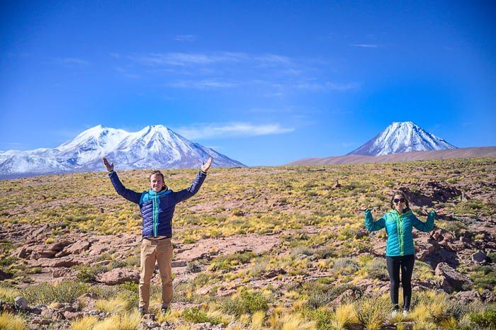 moški in ženska pred vulkani v Andih