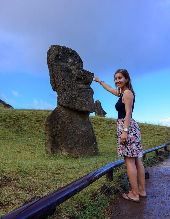 ženska in kip moai na velikonočnem otoku