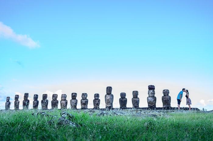 moški in ženska v vrsti pri Ahu Tongariki