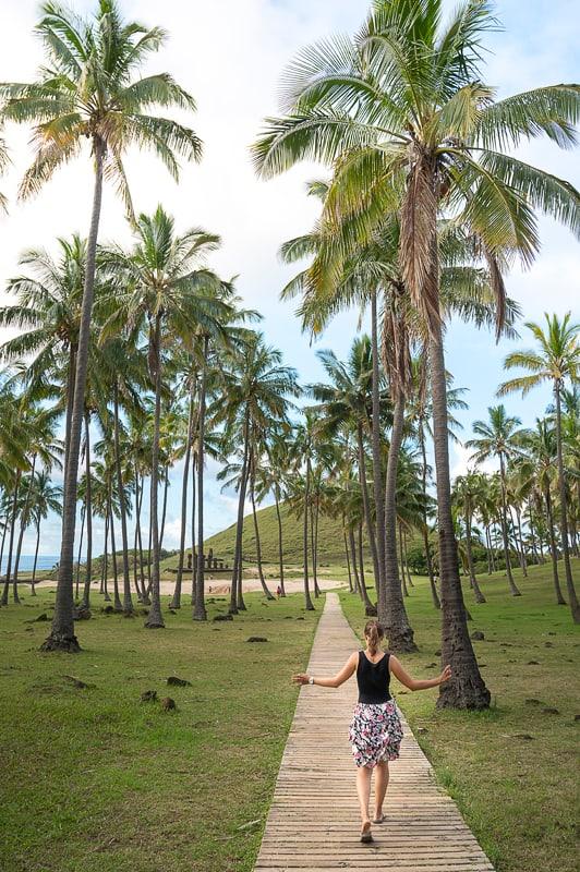 ženska na plaži Anakena, Rapa Nui