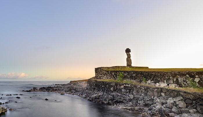 Moai Tahai v jutranjem soncu