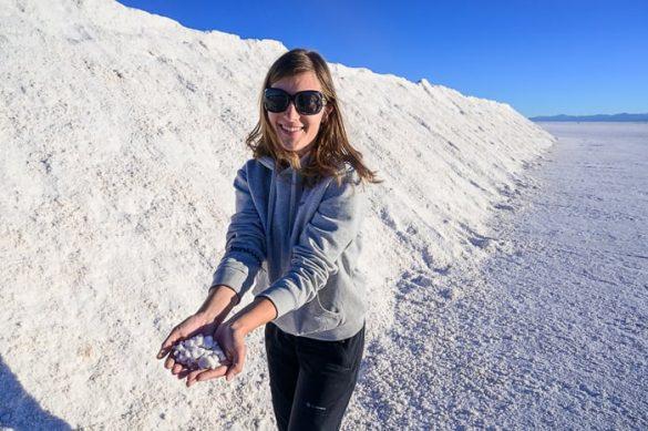 ženska drži sol v roki v Salinas Grandes