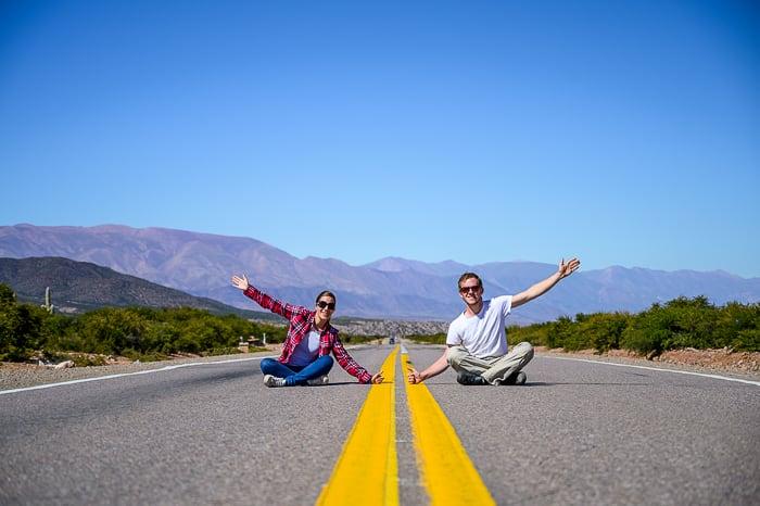 moški in ženska sedita na ravni cesti v Argentini