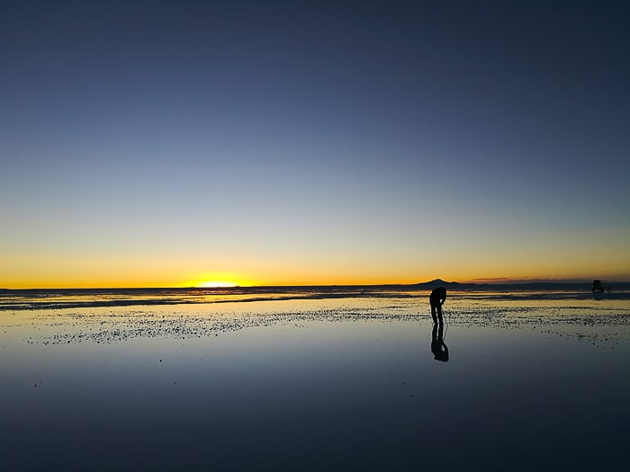 fotograf ob sončnem zahodu na salar de uyuni