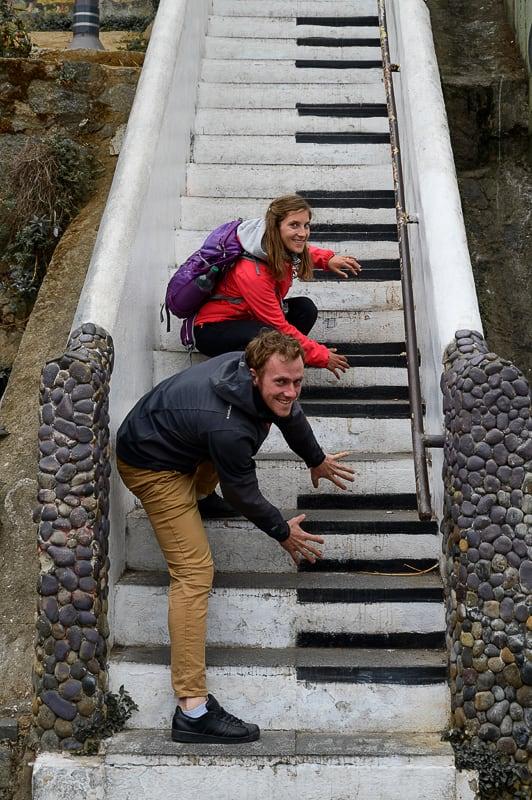 moški in ženska na stopnicah s klavirjem v Valparaisu