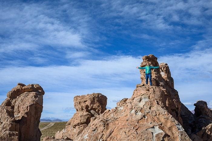 ženska na skalnih strkturah